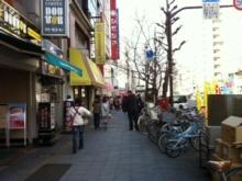 駅前の大通りが江戸通りです。浅草方面に来て頂きます。