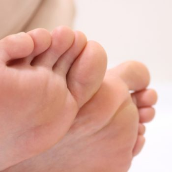 足の裏「土踏まず」あたりがつる理由と応急処置、予防法